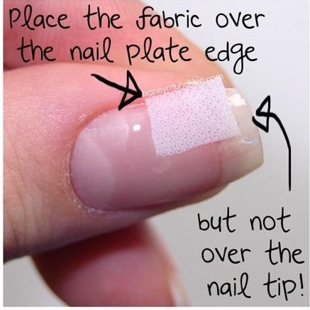 Coloque o tecido sobre o cantinho da unha, mas não cubra a pontinha