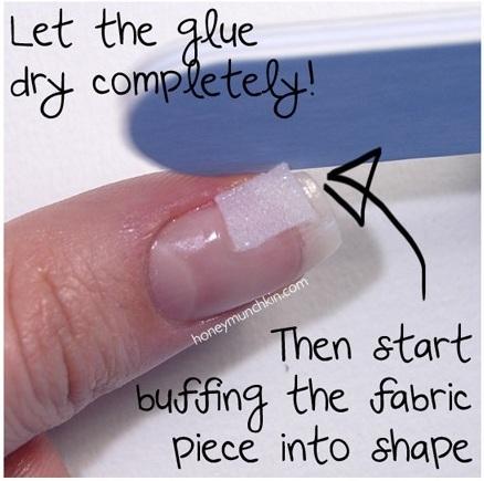 Deixe a cola secar completamente, e então comece a lixar o tecido para dar forma