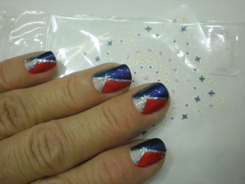 Unhas tricolores com fitinhas auto colantes e adesivos de estrlinhas.